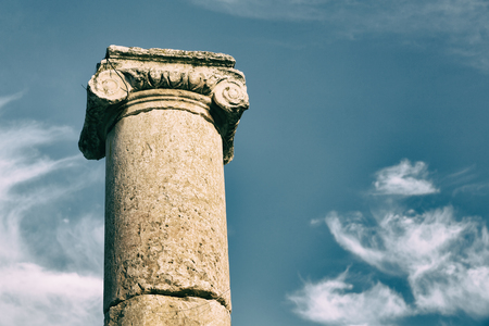 derecho romano: in jerash jordan the antique column and archeological site classical heritage for tourist Foto de archivo