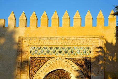 Marokko boog in Afrika oude bouw de blauwe lucht Stockfoto