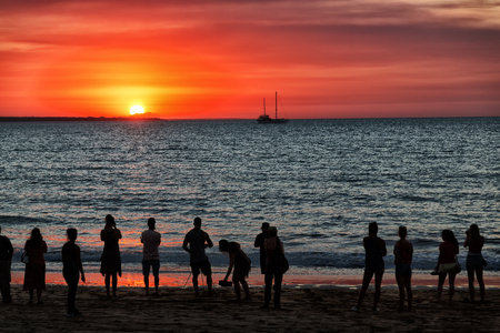 austalia 日の出とシルエットの人々 のダーウィンの湾で 写真素材