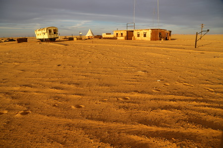 in africa sudan in the desert the old station six and his empty  buildings 版權商用圖片