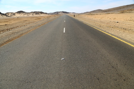 w sudanie afryka ulica na nubijskiej pustyni koncepcja dzikości i przygody