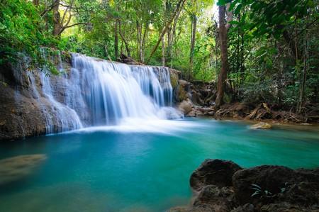 the cascade: Bosque profundo cascada en Kanchanaburi, Tailandia