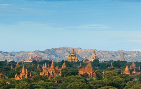 日の出、バガン、ミャンマー バガンの寺院