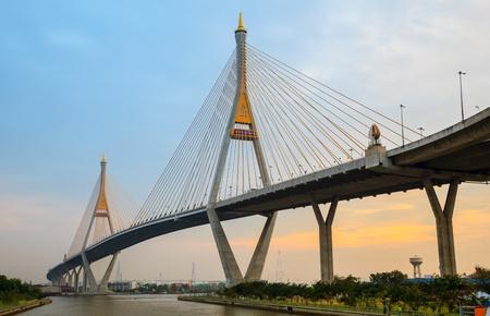 puente: Bhumibol Mega Puente Industrial Puente Anillo Mega en la noche, Bangkok, Tailandia Editorial