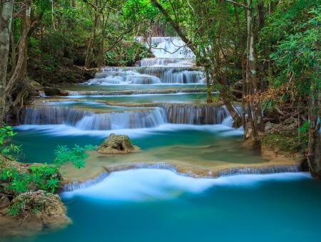 深い森でカーンチャナブリー、タイの滝