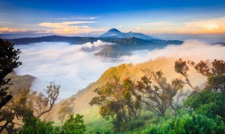 日の出、東ジャワ、インドネシアのブロモ vocalno 写真素材