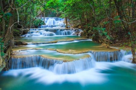 the cascade: Cascada de selva profunda en Kanchanaburi, Tailandia