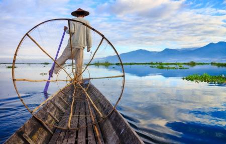 日の出、インレー、シャン州、ミャンマー インレー湖で漁師 報道画像