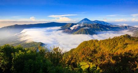 日の出、Tengger スメル国立公園、東ジャワ、インドネシアのブロモ火山のパノラマ