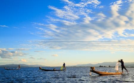 日没、インレー、シャン州、ミャンマー インレー湖で漁師
