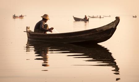 日の出、マンダレー、ミャンマーのマンダレーの漁師 写真素材