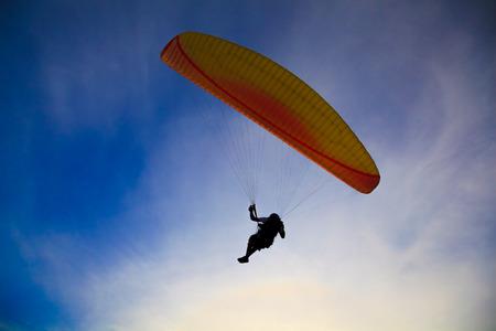 parapente: Paragliding Silhouette op blauwe hemel backlight achtergrond