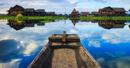 インレー湖、シャン州、ミャンマーの伝統的なミャンマー ボート 写真素材