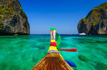 マヤ湾島ピピ レー島、クラビ、タイ南部での伝統的なロングテール ボート