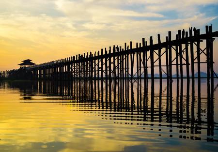 Ubein Bridge at sunrise in Mandalay, Myanmar Banco de Imagens - 28139801