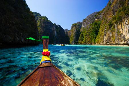 krabi: Longtail barca tradizionale in mucchio baia sull'isola di Koh Phi Phi Leh Island, Krabi, nel sud della Thailandia