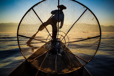 pescador: Los pescadores de la silueta en el lago Inle al amanecer, Inle, estado de Shan, Myanmar Foto de archivo