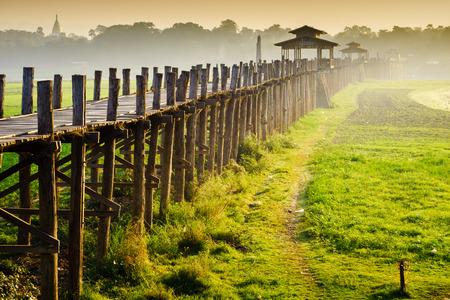 日の出、マンダレー、ミャンマーの Ubein ブリッジ