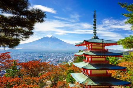 秋、富士吉田市、日本に Chureito パゴダと富士山