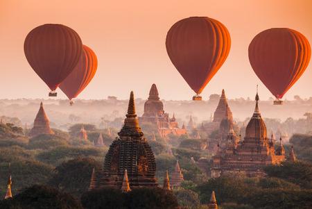 caliente: Globo de aire caliente sobre llanura de Bagan por mañana brumosa, Myanmar