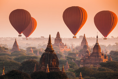 Hete luchtballon over vlakte van Bagan in mistige ochtend, Myanmar Stockfoto