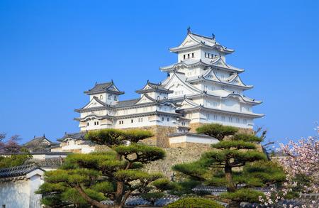 castillos: Castillo de Himeji en la temporada de los cerezos en flor de primavera, Hyogo, Japón