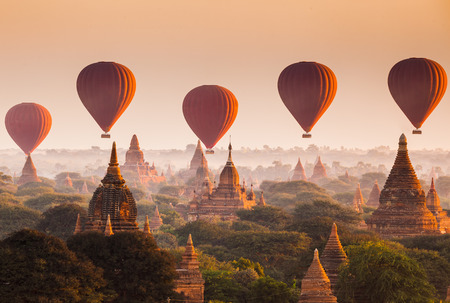 calor: Globo de aire caliente sobre llanura de Bagan por mañana brumosa, Myanmar
