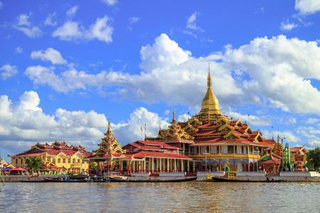 インレー湖、シャン州、ミャンマー、Daw オブジェクト指向の Phaung 塔 写真素材