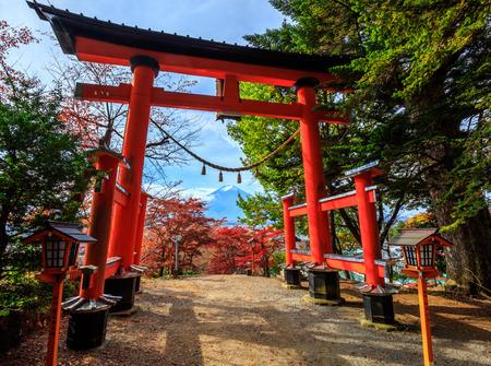 verjas: Torii puerta de chureito pagoda en otoño, Fujiyoshida, Japón Foto de archivo