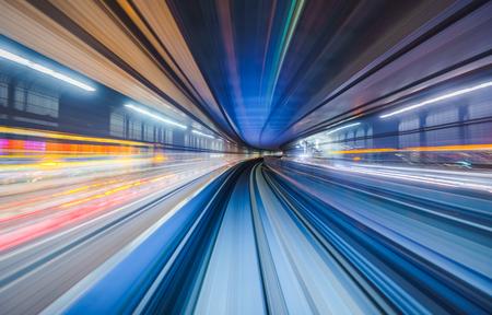 Rozmycie ruchu pociągu poruszającego się w tunelu w Tokio, Japonia