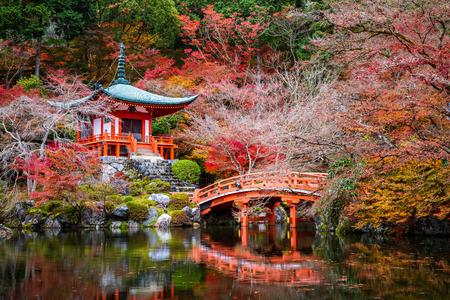Templo Daigoji en otoño, Kyoto, Japón Editorial
