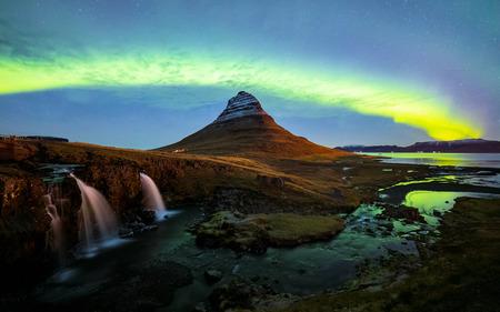 Zorza polarna (Aurora Borealis) nad górą Kirkjufell w Islandii