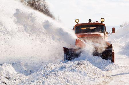 blizzard: Sneepflug, der Schnee von der Intercity- Stra�e vom Schneeblizzard entfernt