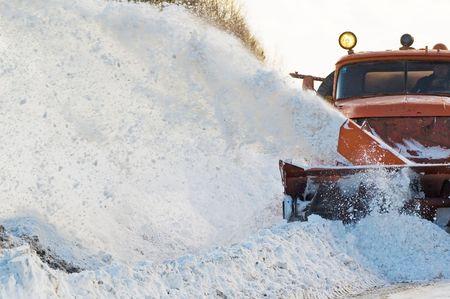ploegen: Snowplow het verwijderen van sneeuw van intercity weg van sneeuw sneeuwstorm Stockfoto