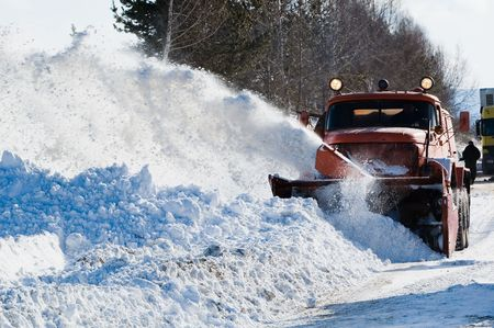blizzard: Schneepflug die Beseitigung von Schnee Intercity-Stra�e von Schnee Blizzard Lizenzfreie Bilder