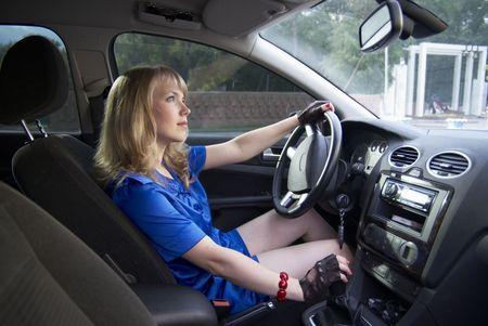 palanca: Conducci�n chica con la mano en la palanca de velocidad de