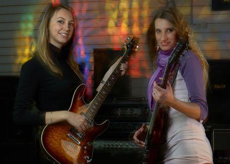 Mujeres jóvenes tocando música de guitarra en concierto  Foto de archivo - 6334119