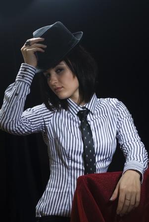 mujer con corbata: Mujer con sombrero y corbata