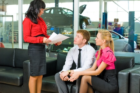 tezgâhtar: Young family in car service office talking with manager