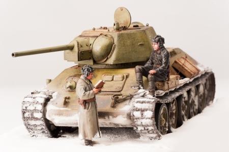 seconda guerra mondiale: Carro armato sovietico T-34 Legendary in guerra nella seconda guerra mondiale Diorama di vista invernale con gli ufficiali sovietici