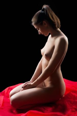 naked woman: Молодая красивая голая женщина, сидящая на полу
