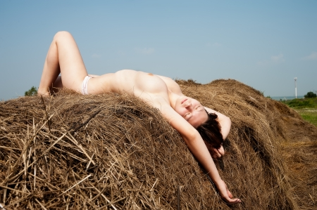junge nackte m�dchen: junge sch�ne nackte Frau schlafend das Stroh