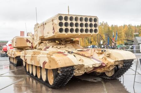 lanzamiento de bala: Nizhniy Tagil, Rusia - 25 de septiembre 2013 visitantes examinan equipo militar en el rango de exposiciones sistema TOS-1A vehículo de combate Buratino Rusia arma la exposición Expo-2013