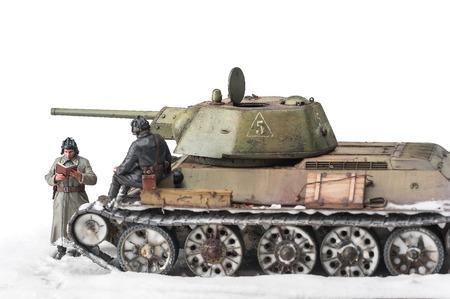 seconda guerra mondiale: Legendary Soviet tank T-34 in guerra nella seconda guerra mondiale vista invernale diorama con due ufficiali