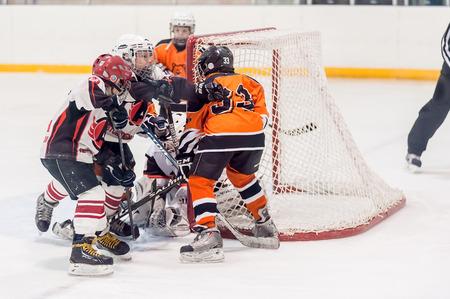 hockey sobre hielo: Tyumen, Rusia - 14 de abril de 2013: torneo de hockey en el premio del nombre APVahrin entre los equipos de los ni�os hasta 9 a�os de edad. Juego entre el Spartakovetc 04 (Ekaterimburgo) y Molot 04 (Perm)