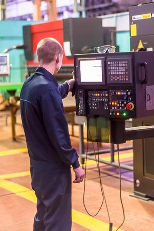 control de calidad: Tyumen, Rusia - 14 de noviembre de 2007: JSC Tyumenskie Motorostroiteli (Planta de producci�n y reparaci�n de motores de aviaci�n). T�cnico opera M�quina metal�rgica computarizado