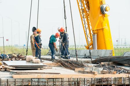 materiales de construccion: Tyumen, Rusia - 31 de julio de 2013: JSC Mostostroy-11. Construcci�n de puente por el resultado de la trayectoria de Tobolsk y carretera de circunvalaci�n alrededor de Tyumen. El montaje de los puentes de gran envergadura
