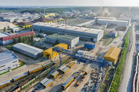 튜멘, 러시아 - 7 월 30 일, 2015 JSC Tyumenstalmost 공장 위에 새 눈보기 스톡 콘텐츠