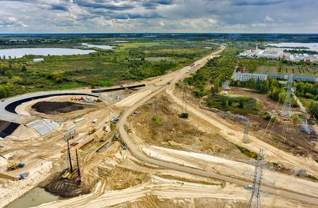 cenital: Tyumen, Rusia - 29 de agosto de 2015: Vista aérea de la construcción de carreteras Ronda de Oriente, cerca del puente sobre el río Tura