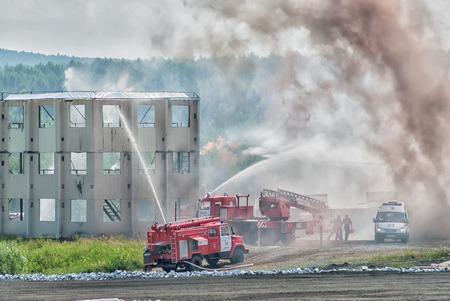 bombero de rojo: Nizhniy Tagil, Rusia - 12 de julio de 2008: Contra Fuego SPM veh�culo. Visualizaci�n de las oportunidades de los equipos. Exposici�n Rusia armas Expo-2008. Bomberos y ambulancia trabajo en equipo en el fuego Editorial